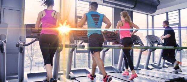 Quattro persone mentre si allenano in palestra
