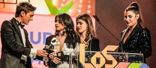 Camila Cabello recibiendo su LOS40 Music Awards Lo+40