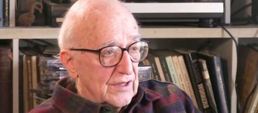 """Ed Herman escreveu com o linguista Noam Chomsky """"A Manipulação do Público"""", obra que todo estudioso de jornalismo deve ler"""