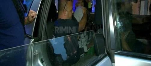 Gli agenti della polizia di Rimini mentre caricano nella volante due minorenni autori dello stupro a Miramare in agosto