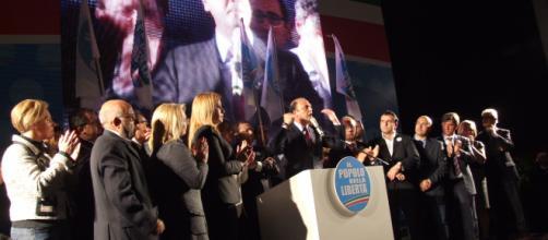 Il ministro Angelino Alfano, acclamato durante un comizio ad Agrigento nel 2012 (fonte elio di bella)