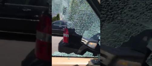 Mulher se descontrola ao ver marido com amante e quebra vidro do carro a marteladas