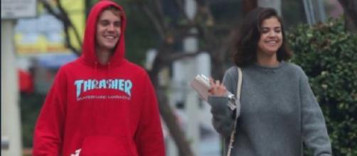 Selena Gomez e Justin Bieber passeando juntos.