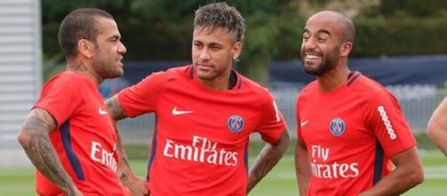 Daniel Alves, Neymar e Lucas apresentados respectivamente