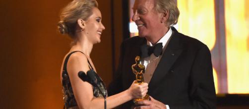 Jennifer Lawrence homenajea a Donald Shuterland en los Oscars honoríficos