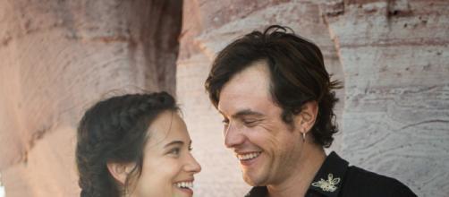 Na foto, o casal Clara e Gael, personagens de Bianca Bin e Sergio Guizé