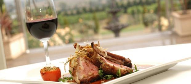 Abbinamento tra vino e cibo: ecco cosa scegliere.