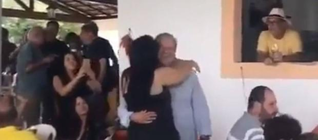 Filmado em roda de samba, Dirceu viraliza na web (Foto: Captura de vídeo)