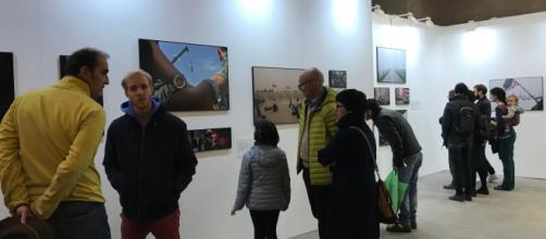 Spettatori in visita al Mastio della Cittadella di Torino per il World Press Photo