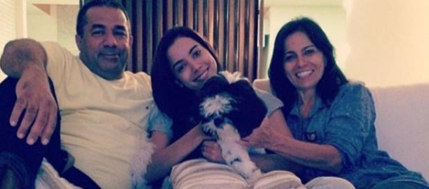 Anitta ao lado da sua família e do cão