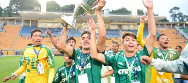 Jogadores do Palmeiras sub-17 comemoram título inédito (foto: Fernando Dantas/Gazeta Press)