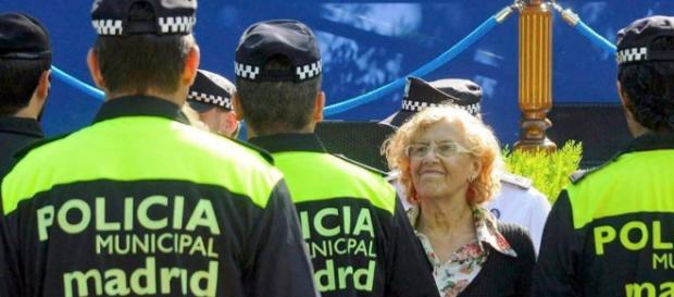 La alcaldesa de Madrid: una de las amenazadas saludando a la policía.