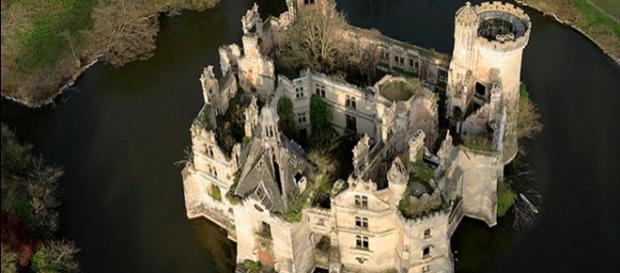 Vista dall'alto del castello della Mothe-Chandeniers a Les Trois-Moutiers ( Foto: web )