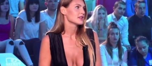 Celle qui fut présentée comme la meilleure amie de Laura s'oppose aujourd'hui à son petit-ami Alain, s'attirant ainsi les foudres de leurs fans.
