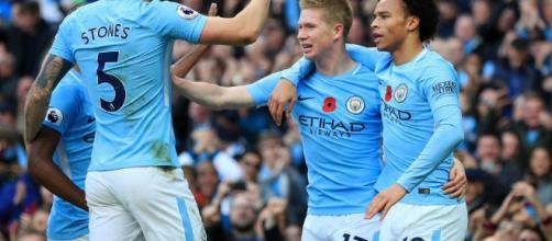 Manchester City fait trembler la planète foot en remportant un derby historique à Old Trafford.