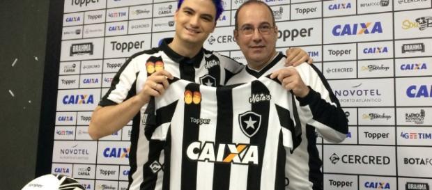 Felipe Neto e o seu lado torcedor. (Foto Reprodução).
