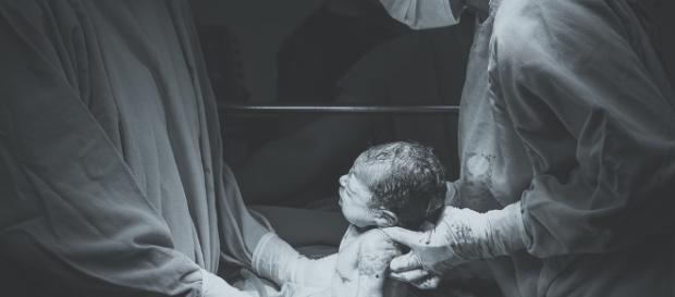 Niektórym rodzinom adopcyjnym nadal udaje się ominąć prawo (fot. Patricia Prudente, Unsplash.com)