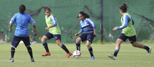 Andrea Romero filtra el balón en el entrenamiento de Gallos Femenil. Foto: Club Querétaro.