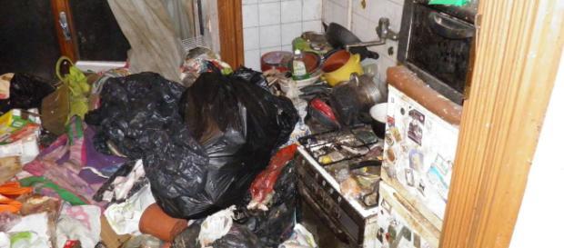 Casa fatiscente con rifiuti e topi