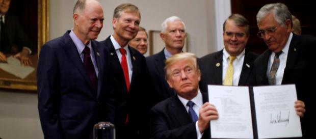franceinfo (@franceinfo) | Trump signe la Space Policy Directive 1 pour envoyer des hommes sur la Lune et sur Mars.
