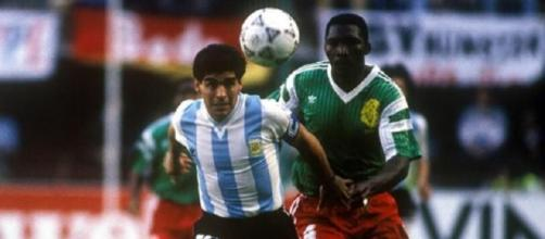Benjamin Massing contrasta Maradona durante Argentina-Camerun ai Mondiali del 1990
