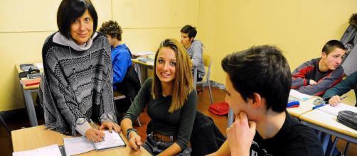 Lorella Carimali in classe con i suoi studenti