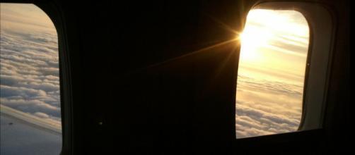 Perché gli oscuranti dei finestrini in aereo devono rimanere aperti