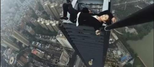 Si arrampica sul grattacielo per farsi un selfie, posta il video e cade