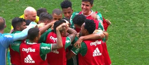 Thiago Martins em comemoração de gol marcado por Fabiano contra a Chapecoense no Brasileirão de 2016 (Foto: Reprodução/Globo Esporte)