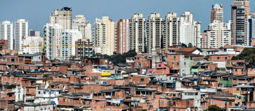 Desigualdade brasileira retratada com prédios luxuosos e comunidade carente