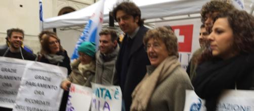 Marco Cappato in piazza Montecitorio per il sit in dell'Associazione Coscioni