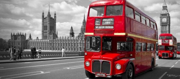London - Houses Of Parliament And Red Buses Photograph by Melanie ... - fineartamerica.com