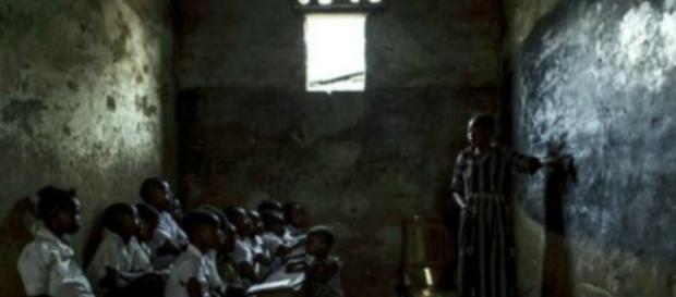 NIÑOS SOLDADO. Una maestra imparte una clase de matemática en una escuela que ayuda a integrar a los ex niños soldados