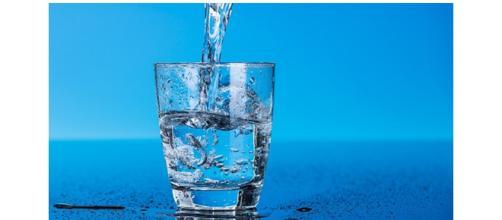 A água tira substâncias nocivas do corpo.