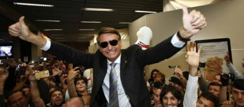 Bolsonaro sendo recebido pelos seus eleitores