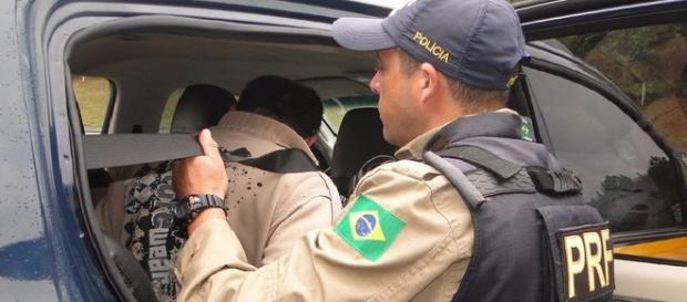 Agente da Polícia Rodoviária Federal efetuando atuação em rodovia.