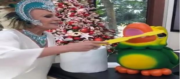 Ana Maria usa fantasia de Carnaval, perto do Natal. (Foto Reprodução).