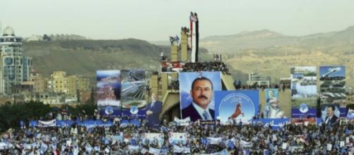 Cientos de miles de yemeníes sostienen carteles y retratos del ex presidente de Yemen.