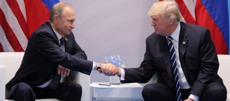 Vladimir Putin e Donald Trump si stringono la mano