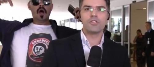 Globo sofre protesto ao vivo durante apresentação de repórter.