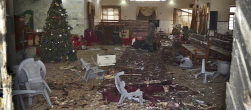 L'interno della chiesa dopo l'attacco - photo:ARSHAD BUTT (AP)