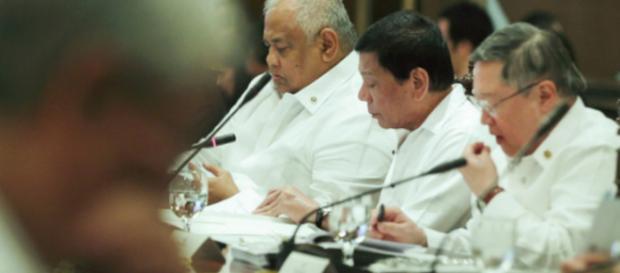 El presidente Rodrigo Duterte firma las órdenes ejecutivas luego de recibir el consejo de los miembros del gabinete