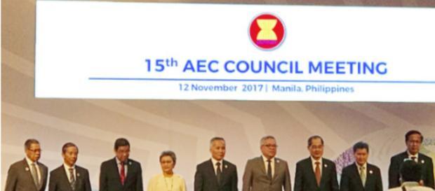 Los ministros de comercio de los países miembros de la ASEAN en la reunión del Consejo de la Comunidad Económica de ASEAN en Manila
