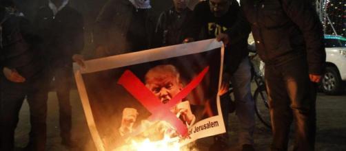Trump: le reazioni dopo l'annuncio dello spostamento dell'ambasciata USA a Gerusalemme - lastampa.it