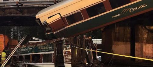 Usa, treno Amtrak deraglia e vagone precipita sull'autostrada ... - ilfattoquotidiano.it