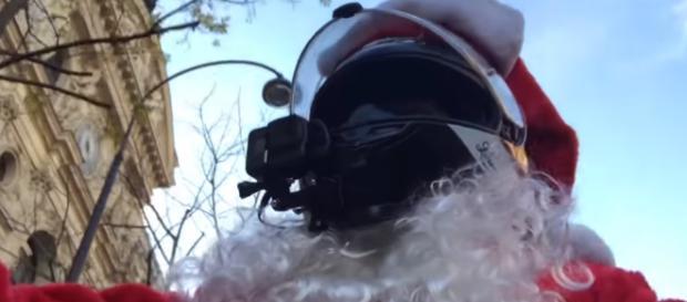 Chris, courageux motard justicier déguisé en Père Noël (Crédit YouTube @CHRIS-RS)