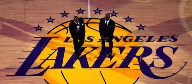 Kobe Bryant e Magic Johnson durante solenidade em Los Angeles. (Foto: Harry How/NBAE/Getty Imagens Noth America/AFP)