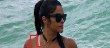 Claudia Jordan se diverte na praia em dia de folga