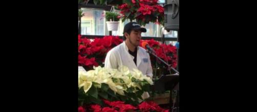 A flower shop employee stopped shoppers in their tracks with his beautiful voice [Image credit: Facebook video/Russo's]