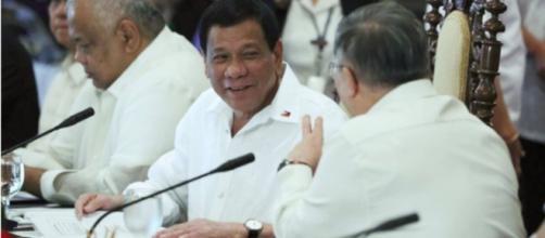 El presidente Rodrigo Duterte comparte un momento liviano con el Secretario de Finanzas Carlos Domínguez III